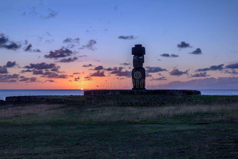 与眼睛的Ahu Tahai Moai雕象佩带的topknot被绘在日落在安加罗阿-复活节岛,智利附近 免版税库存图片