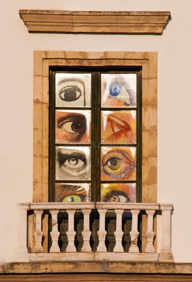 与眼睛装饰的现代西班牙窗口 库存图片