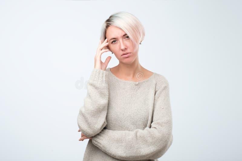 与短的被染的头发的周道的模型在站立在演播室的灰色毛线衣穿戴了 免版税库存照片