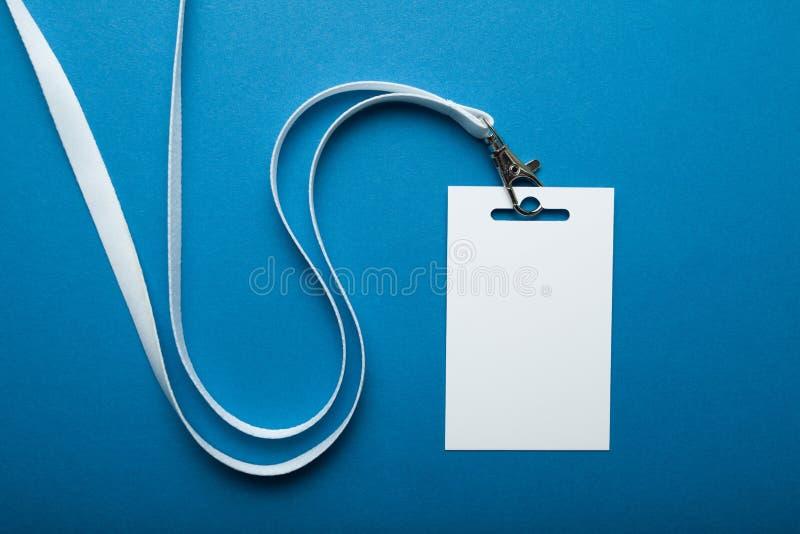 与短绳的空白的徽章在蓝纸背景 名牌,公司设计 免版税库存图片