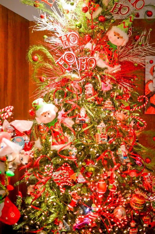 与矮子的装饰的圣诞节假日树 免版税库存照片