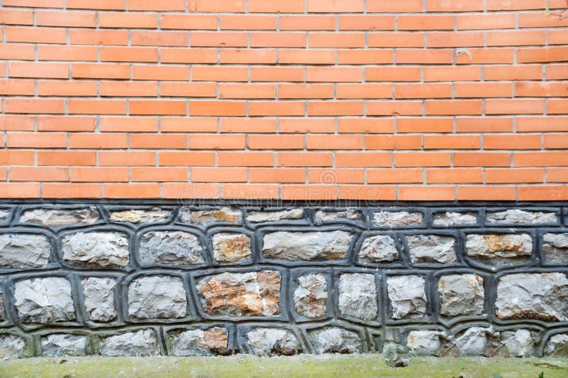 与石和红砖门面的水平的背景 库存图片