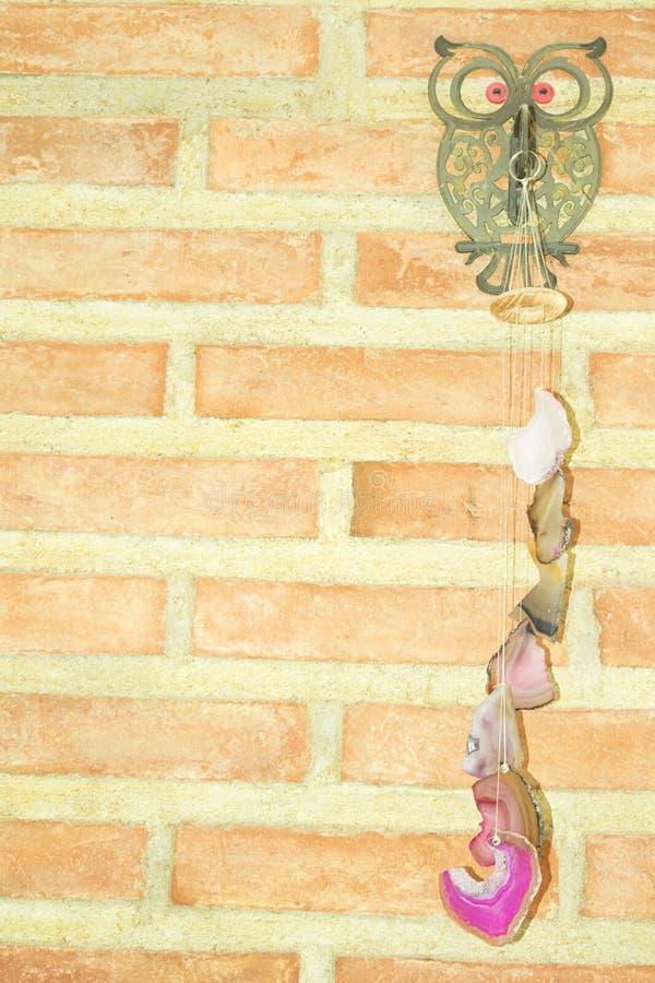 与石垂饰的猫头鹰 免版税库存照片