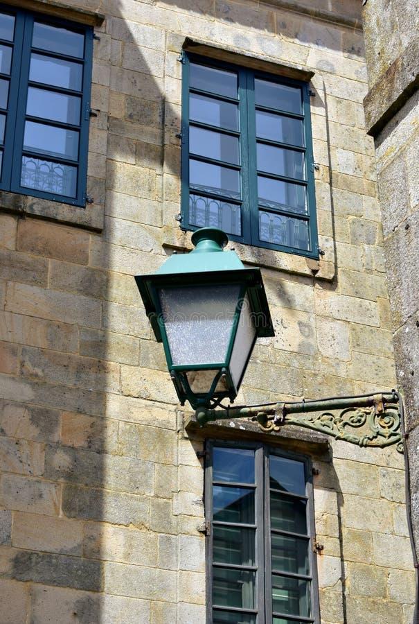 与石墙和绿色木窗口的老铁路灯到底 圣地亚哥,西班牙 免版税库存图片