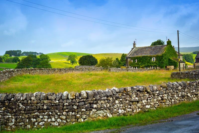 与石墙的美丽,老英国村庄在约克夏,英国,英国 图库摄影