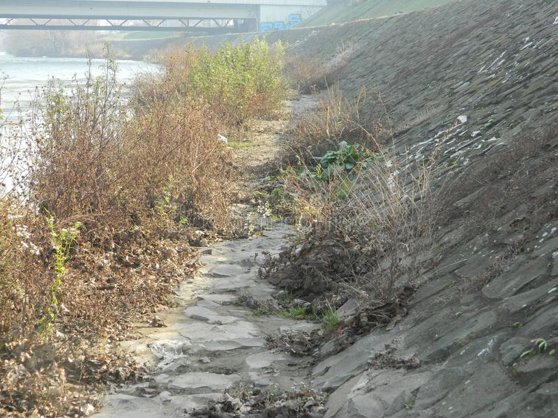 与石墙运河的河岸 免版税库存图片