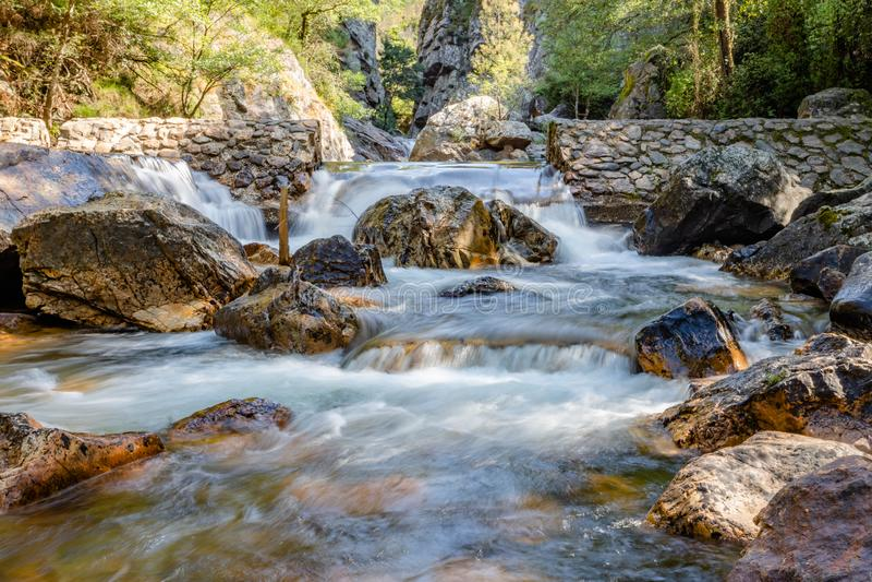 与石头的瀑布在狂放的自然在Fragas de Sao思茅,Figueiro dos Vinhos,莱利亚,葡萄牙 免版税库存图片