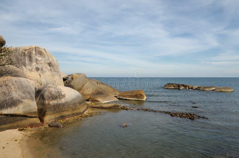 与石头的热带海滩 免版税库存图片