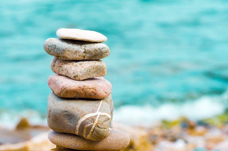 与石头的金字塔在海滩 图库摄影