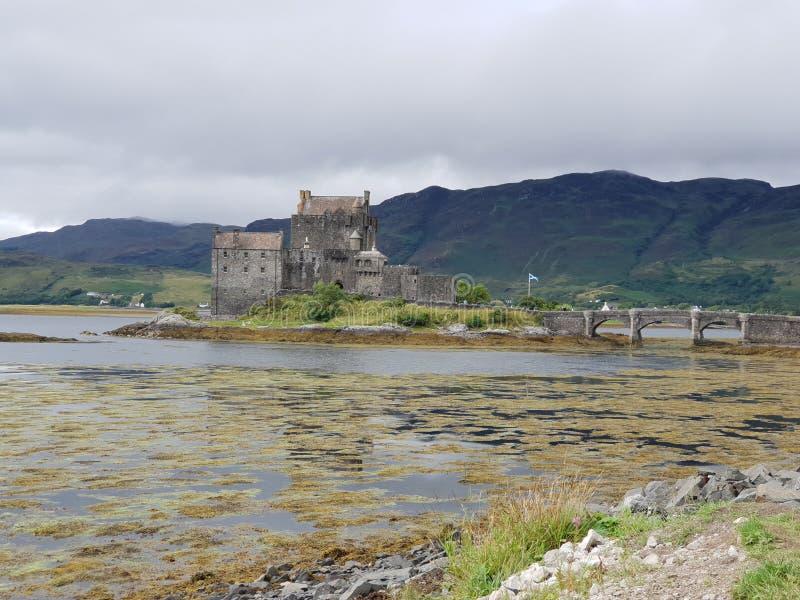 与石桥梁的老城堡在湖 免版税库存照片