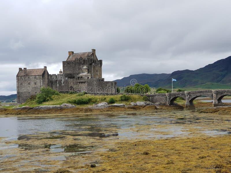 与石桥梁的老城堡在湖 库存图片