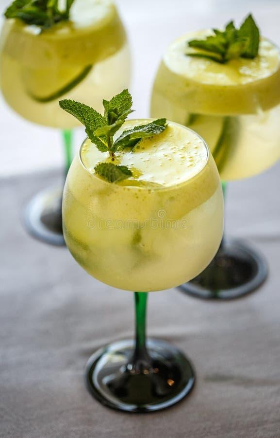 与石灰、elderflower糖浆和冰的鸡尾酒 免版税图库摄影
