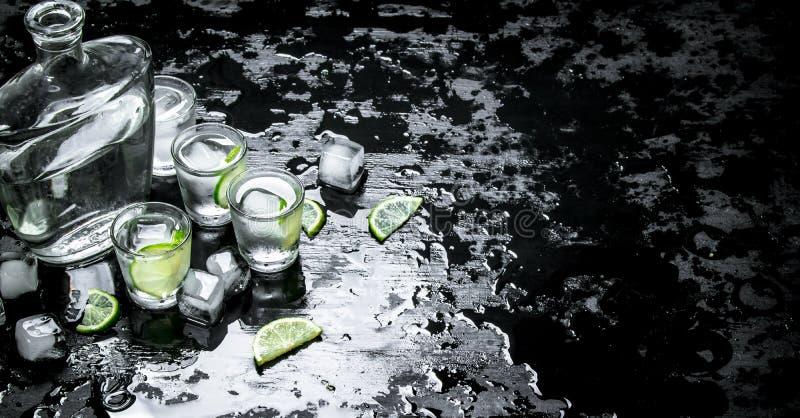与石灰和冰的伏特加酒射击 图库摄影
