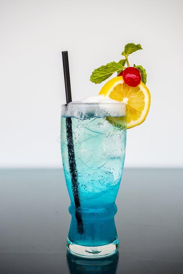 与石灰和樱桃装饰的蓝色夏威夷鸡尾酒 免版税库存照片
