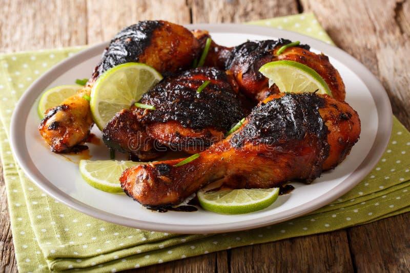 与石灰和葱分类的热的辣烤小鸡腿 库存照片