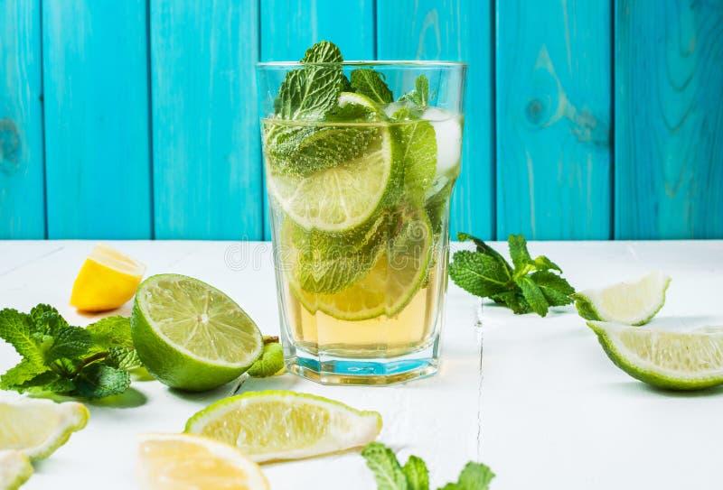 与石灰和薄菏的Mojito鸡尾酒在木桌上的高玻璃杯 背景看板卡祝贺邀请 免版税库存图片