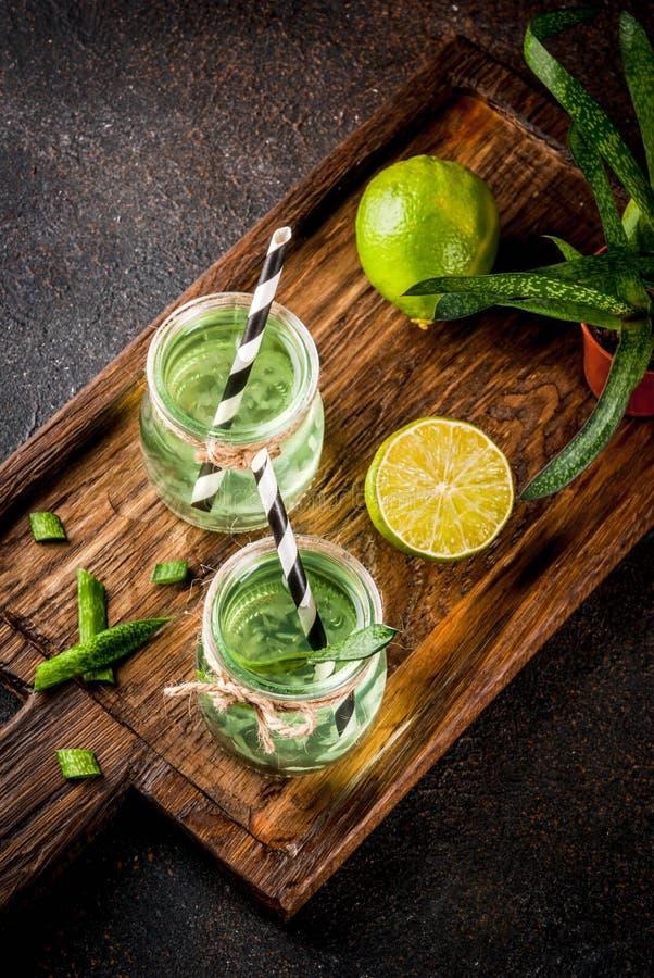 与石灰的健康异乎寻常的戒毒所饮料、芦荟维拉或仙人掌汁, 免版税库存图片