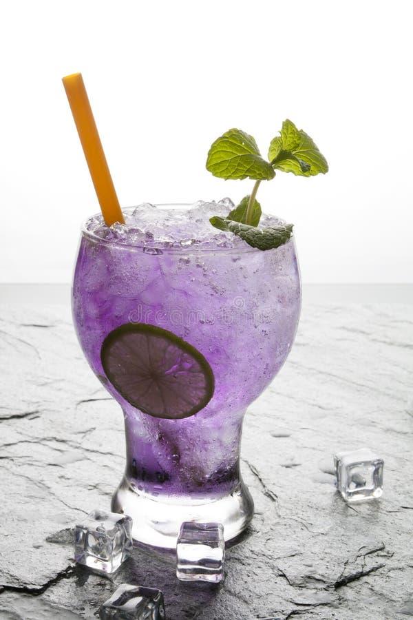 与石灰的紫色碱石灰饮料 免版税库存图片
