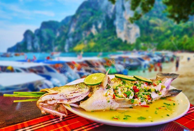 与石灰,披披岛唐海岛,甲米府,泰国的被蒸的鱼 免版税库存照片