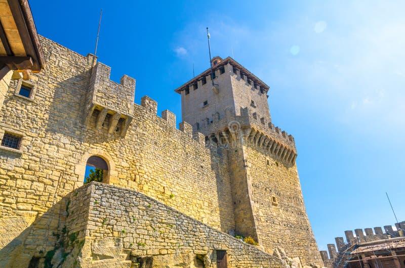 与石砖堡垒墙壁的Prima托尔古艾达第一个中世纪塔有在登上Titano,圣马力诺的merlons的 图库摄影