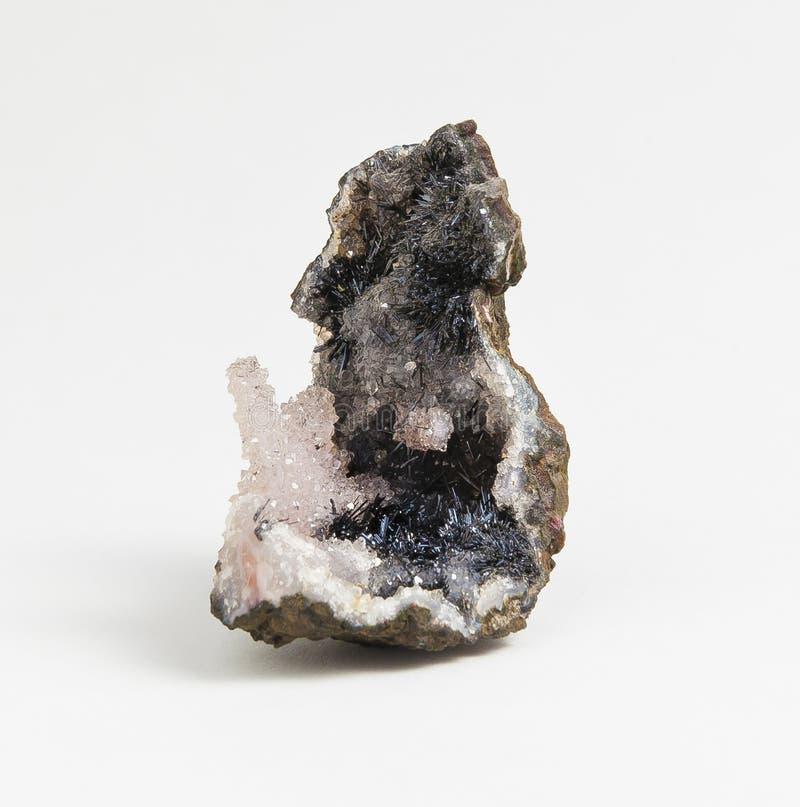 与石英的矿石锰在白色背景 库存照片