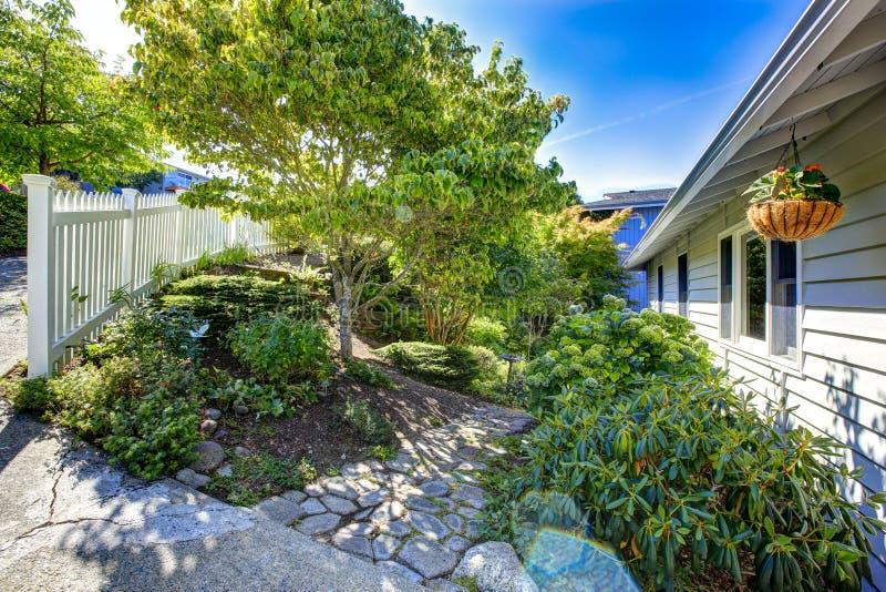 与石走道的风景设计 房地产在华盛顿 库存图片