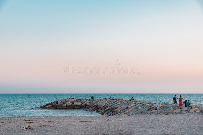 与石防堤的水平的照片 防堤去蓝色海 沙滩是在海前面 清楚的平衡的天空是与少量 图库摄影