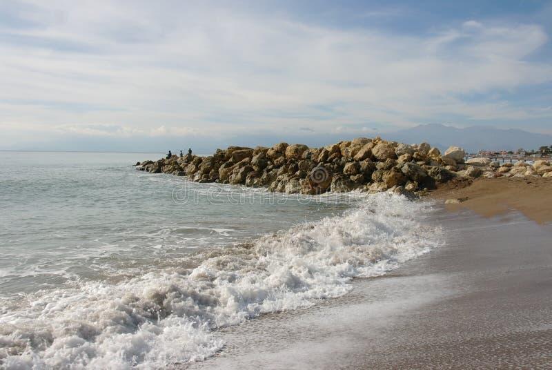 与石头和波浪的美好的海景 库存图片