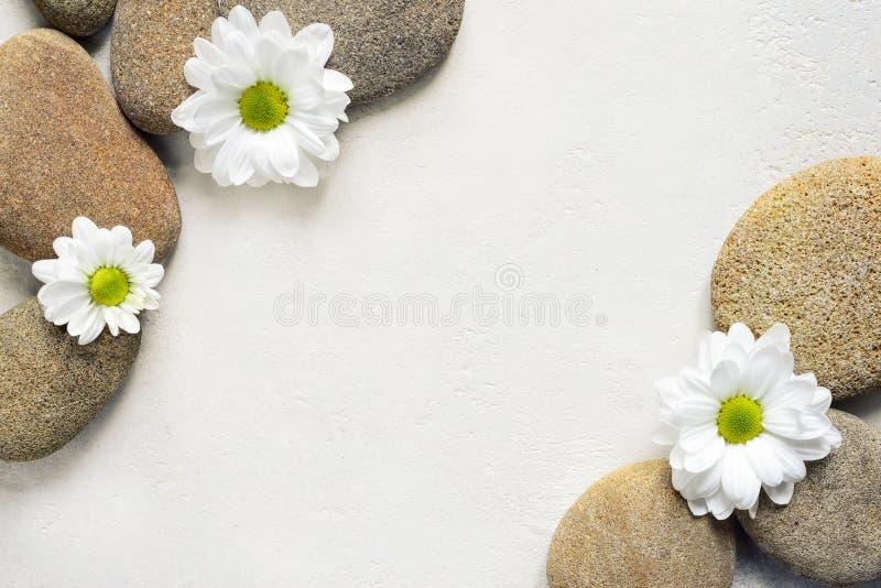 与石头和花的温泉背景 免版税库存图片
