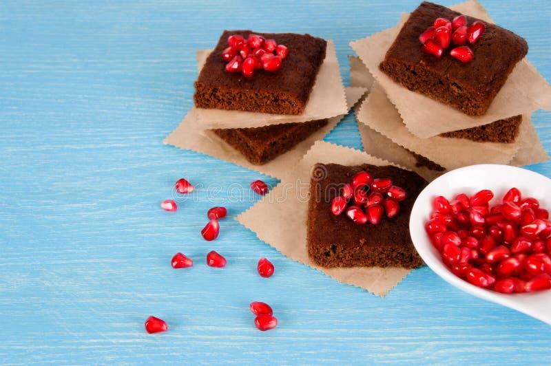 与石榴石的巧克力果仁巧克力 库存照片