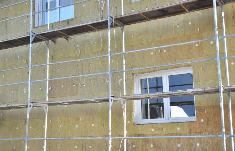 与矿毛绝缘纤维的坚实墙壁绝缘材料 节能房子节能的墙壁整修 外部修造的墙壁热 库存照片