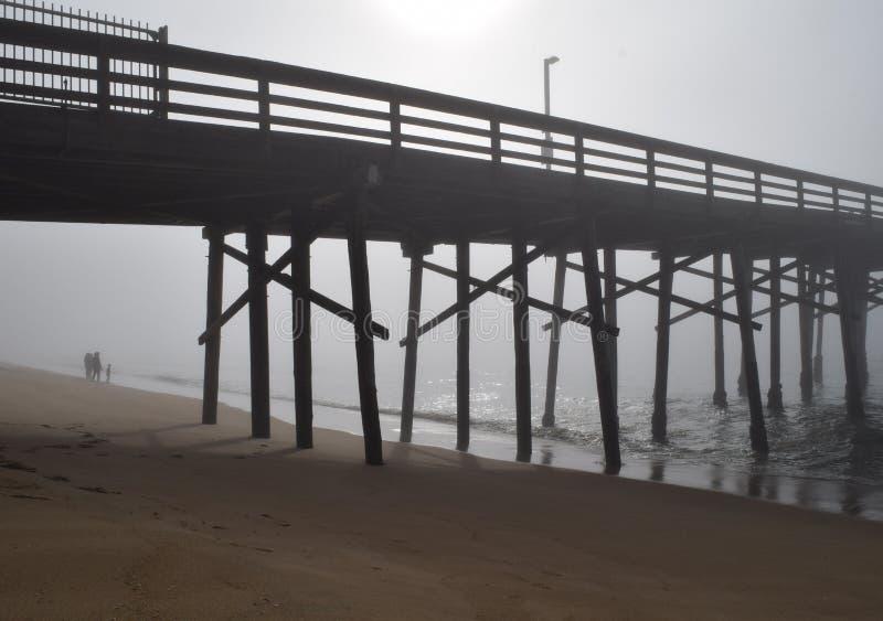 与码头和家庭的有雾的早晨在背景中 图库摄影