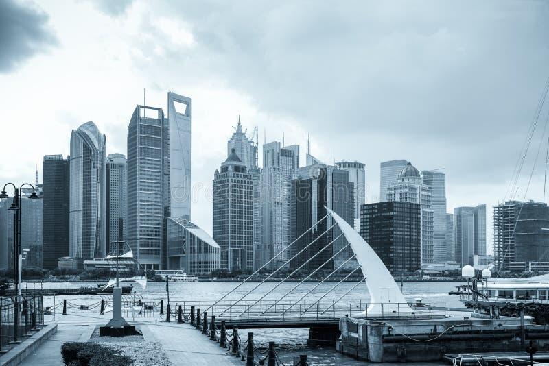 与码头的上海地平线 免版税库存图片