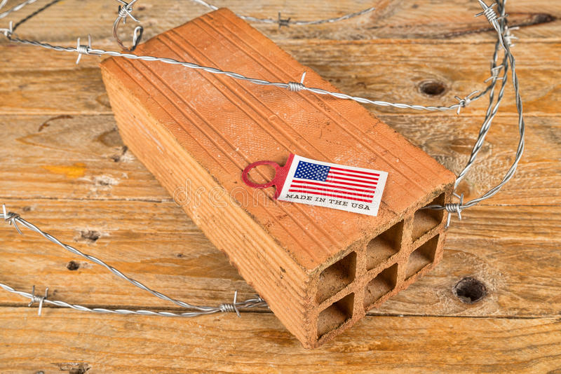 与砖和铁丝网的美国第一个概念 免版税库存图片