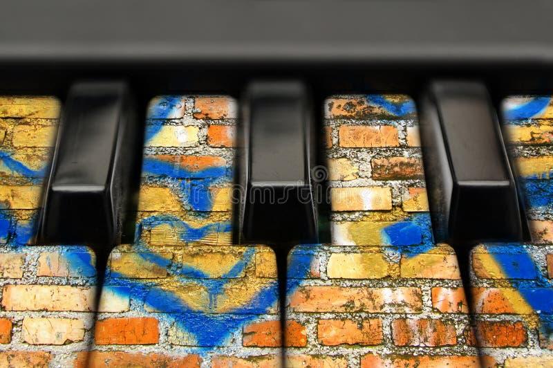 与砖纹理的音乐钥匙 库存图片