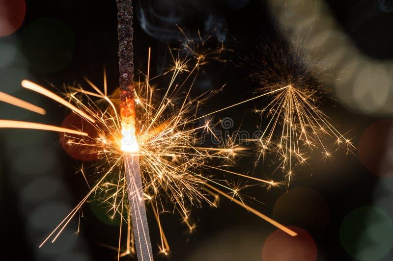 与破裂在空气的火花的灼烧的闪烁发光物 库存图片