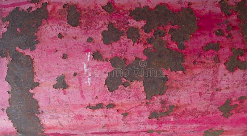 与破裂的油漆的桃红色葡萄酒金属背景   免版税库存照片