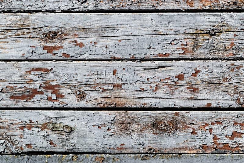与破裂的油漆自然样式的土气木纹理浮出水面作为背景 免版税图库摄影