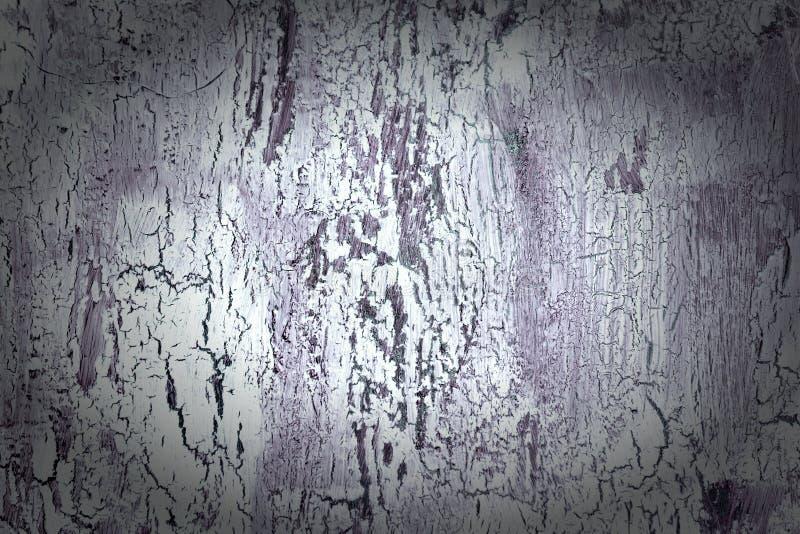 与破裂的白色和黑暗的紫罗兰色油漆的背景 老粗砺的涂层纹理  有异常的墙壁,摘要 库存照片