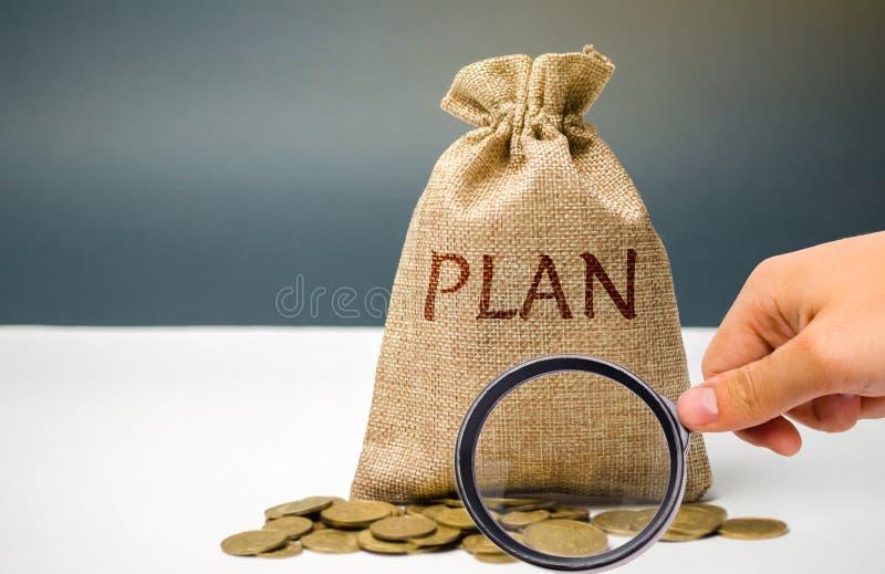 与硬币和词计划的金钱袋子 个人财政规划概念 家庭预算的管理 储款和 免版税库存照片
