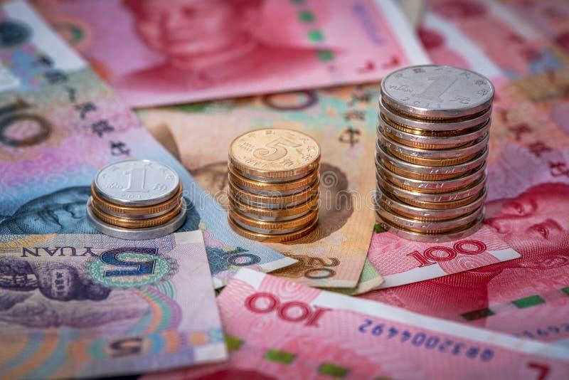 与硬币和钞票的中国人元 免版税图库摄影