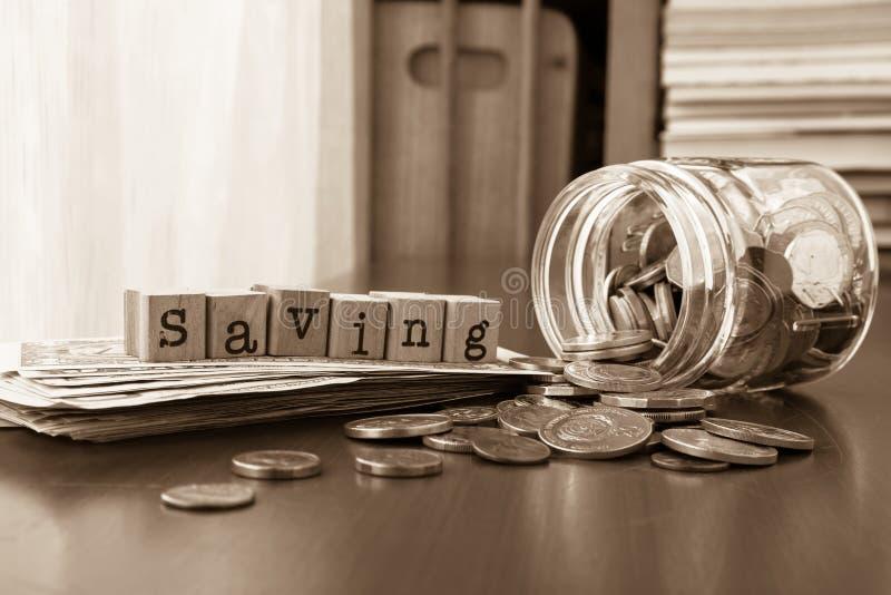 与硬币和钞票,被定调子的乌贼属的节约金钱词 免版税图库摄影