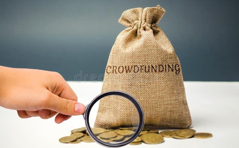 与硬币的金钱袋子与crowdfunding的词 金钱或资源的自愿者协会通过互联网 支持接收者 库存照片