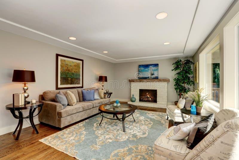 与硬木地板和壁炉的舒适客厅内部 免版税库存照片