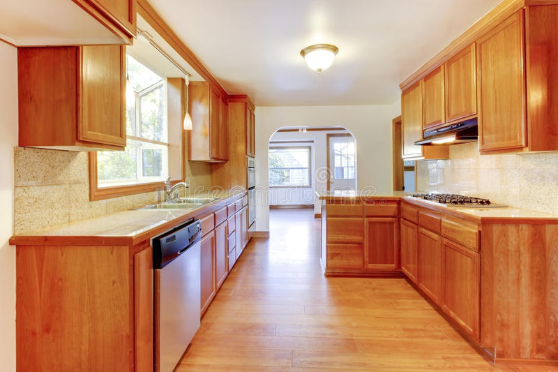 Download 与硬木地板和白色ceili的晴朗的棕色厨房内部 库存照片. 图片 包括有 简单, 任何地方, 房子, 发光 - 72352592