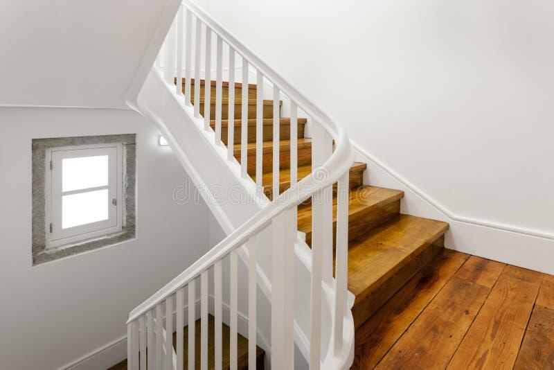 与硬木地板的美丽的楼梯 库存图片