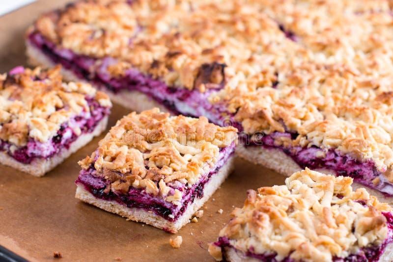 与碎屑在烤板-自创酥皮点心的自创酥皮糕点果子饼用果子或莓果樱桃,李子,草莓,粗锉 免版税库存图片