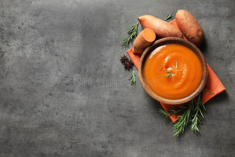 与碗的平的被放置的构成鲜美地瓜土豆汤和空间文本的 免版税库存照片