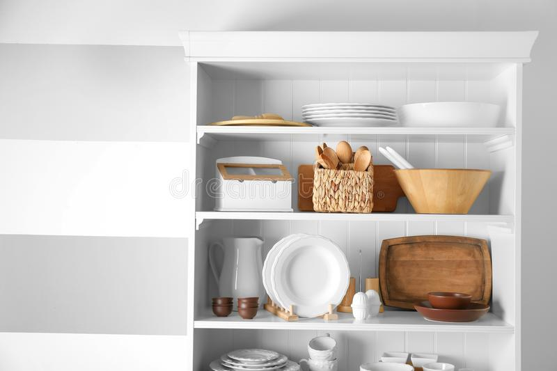 与碗筷和厨房器物的存贮立场 免版税库存照片