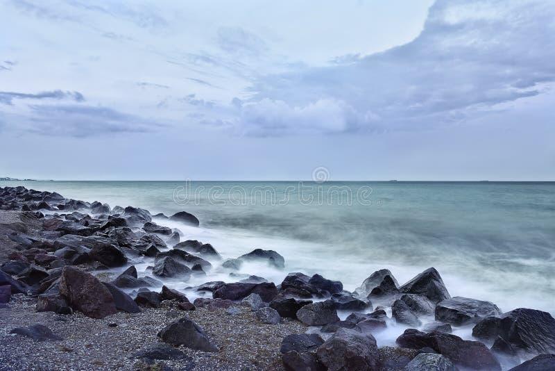 与碰撞在岩石的波浪的沿海 库存照片